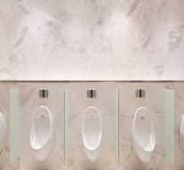 Różnica między parawanem pisuarowym akabiną sanitarną