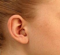 Podwójny aparat słuchowy – najlepsze rozwiązanie naniedosłuch